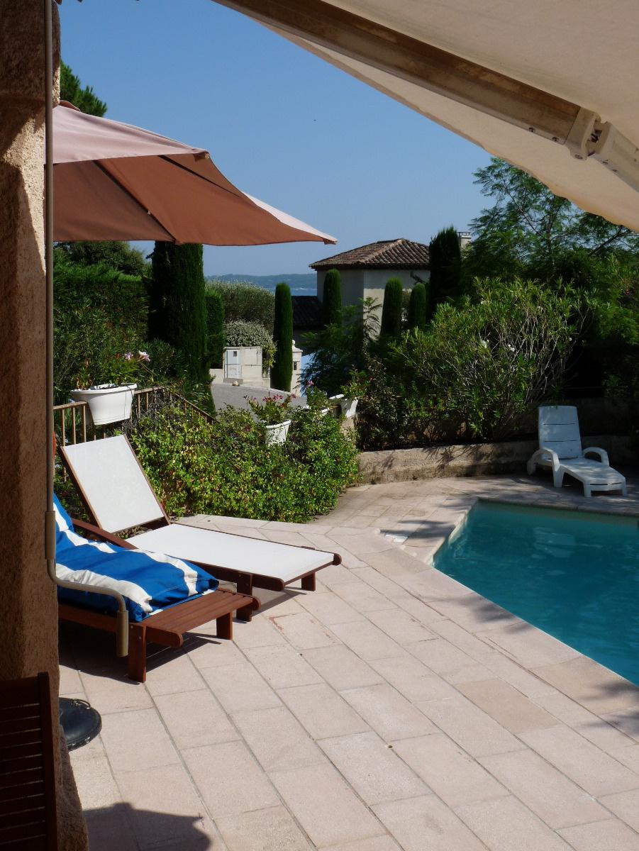 Terrasse avec bains de soleil et salon d'été
